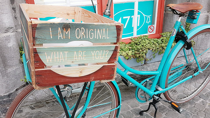Sökord i bilder. Cykel med cykellåda kommunicerar I am original What are you?